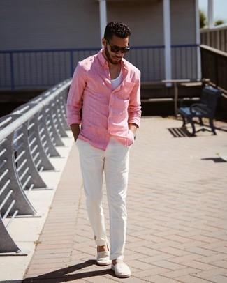 Trend da uomo 2021: Metti una camicia a maniche lunghe rosa e chino bianchi per un pranzo domenicale con gli amici. Un paio di espadrillas di tela a righe orizzontali grigie si abbina alla perfezione a una grande varietà di outfit.