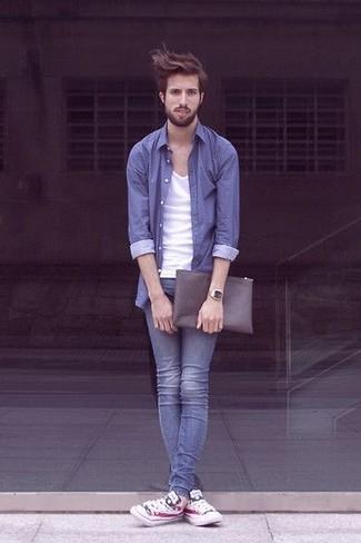 Come indossare e abbinare sneakers basse stampate bianche: Per creare un adatto a un pranzo con gli amici nel weekend abbina una camicia a maniche lunghe blu con jeans aderenti blu. Sneakers basse stampate bianche sono una splendida scelta per completare il look.
