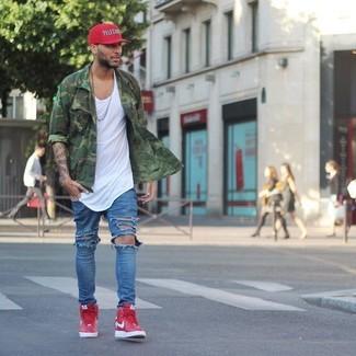 Come indossare e abbinare: camicia a maniche lunghe mimetica verde, canotta bianca, jeans strappati blu, sneakers alte rosse