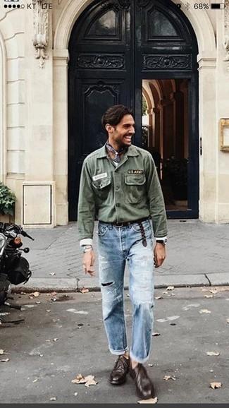 Trend da uomo 2020 quando fa caldo: Una camicia a maniche lunghe ricamata verde oliva e jeans strappati azzurri sono una combinazione perfetta da usare nel weekend. Scarpe derby in pelle marrone scuro doneranno eleganza a un look altrimenti semplice.