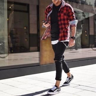 Come indossare e abbinare jeans aderenti strappati neri: Per un outfit della massima comodità, indossa una camicia a maniche lunghe a quadretti rossa e nera e jeans aderenti strappati neri. Sfodera il gusto per le calzature di lusso e scegli un paio di sneakers basse di tela nere e bianche.
