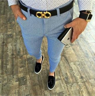 Come indossare: camicia a maniche lunghe stampata azzurra, chino azzurri, mocassini con nappine in pelle scamosciata neri, cintura in pelle nera