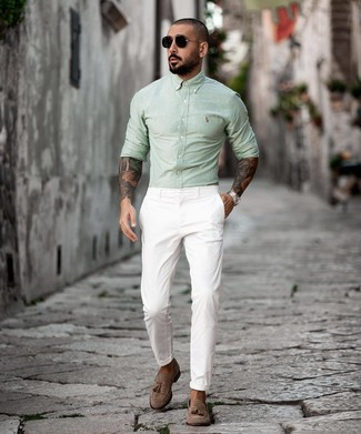 Come indossare e abbinare: camicia a maniche lunghe verde menta, chino bianchi, mocassini con nappine in pelle scamosciata marroni, occhiali da sole neri