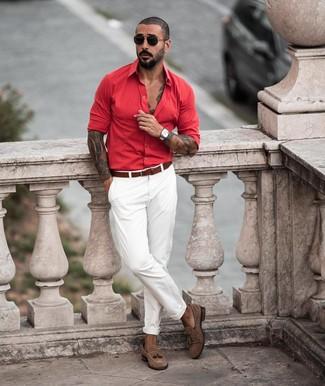 Come indossare e abbinare: camicia a maniche lunghe rossa, chino bianchi, mocassini con nappine in pelle scamosciata marroni, cintura in pelle marrone