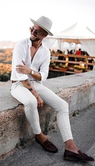 Come indossare e abbinare un bracciale argento: Combina una camicia a maniche lunghe di lino bianca con un bracciale argento per un'atmosfera casual-cool. Scegli un paio di mocassini con nappine in pelle marrone scuro per mettere in mostra il tuo gusto per le scarpe di alta moda.