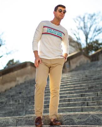 Come indossare: camicia a maniche lunghe stampata beige, chino marrone chiaro, mocassini driving in pelle marroni, occhiali da sole marrone scuro