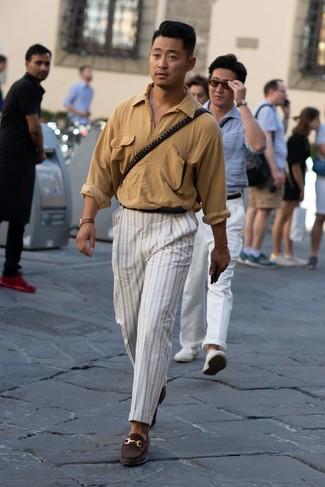 Come indossare: camicia a maniche lunghe marrone chiaro, chino a righe verticali bianchi, mocassini eleganti in pelle scamosciata marrone scuro, cintura in pelle nera