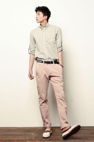 Trend da uomo 2020: Abbina una camicia a maniche lunghe beige con chino rosa per un look raffinato per il tempo libero. Scegli uno stile classico per le calzature e indossa un paio di mocassini eleganti di tela bianchi.