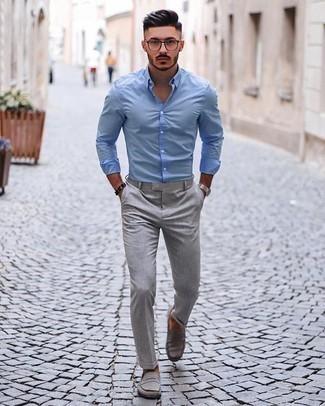 Come indossare e abbinare una camicia a maniche lunghe azzurra: Indossa una camicia a maniche lunghe azzurra con chino grigi per affrontare con facilità la tua giornata. Prova con un paio di mocassini eleganti in pelle scamosciata grigi per dare un tocco classico al completo.