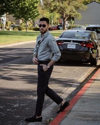 Trend da uomo 2021: Abbina una camicia a maniche lunghe grigia con chino neri per un outfit comodo ma studiato con cura. Sfodera il gusto per le calzature di lusso e opta per un paio di mocassini eleganti in pelle scamosciata neri.