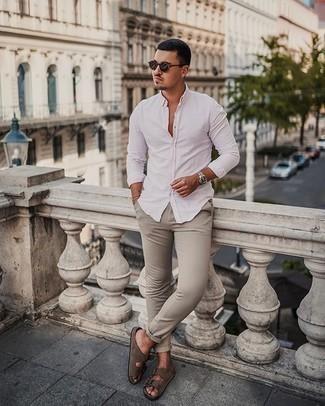 Trend da uomo 2020 in modo rilassato: Abbina una camicia a maniche lunghe bianca con chino beige per un fantastico look da sfoggiare nel weekend. Non vuoi calcare troppo la mano con le scarpe? Prova con un paio di sandali in pelle scamosciata marroni per la giornata.