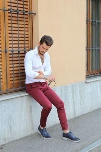 Trend da uomo 2020: Per creare un adatto a un pranzo con gli amici nel weekend scegli una camicia a maniche lunghe bianca e chino rossi. Completa il tuo abbigliamento con un paio di scarpe brogue in pelle blu scuro.