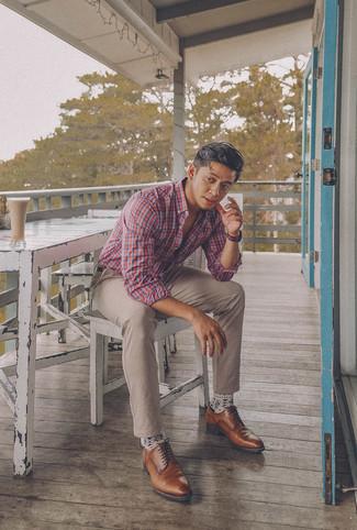 Come indossare e abbinare: camicia a maniche lunghe scozzese bianca e rossa e blu scuro, chino beige, scarpe derby in pelle marroni, cintura in pelle marrone scuro