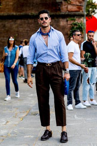 Come indossare e abbinare: camicia a maniche lunghe a righe verticali azzurra, chino di lino marrone scuro, scarpe derby in pelle melanzana scuro, bandana blu