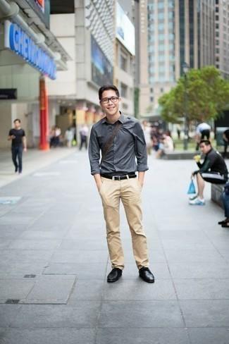 Come indossare e abbinare chino marrone chiaro: Per creare un adatto a un pranzo con gli amici nel weekend indossa una camicia a maniche lunghe grigia con chino marrone chiaro. Scegli uno stile classico per le calzature e scegli un paio di scarpe derby in pelle nere come calzature.