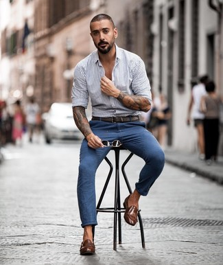 Come indossare e abbinare: camicia a maniche lunghe a righe verticali grigia, chino blu, scarpe double monk in pelle marroni, cintura in pelle marrone scuro