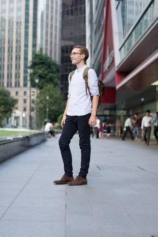 Come indossare e abbinare calzini marrone scuro: Punta su una camicia a maniche lunghe a righe verticali azzurra e calzini marrone scuro per una sensazione di semplicità e spensieratezza. Sfodera il gusto per le calzature di lusso e calza un paio di scarpe oxford in pelle scamosciata marrone scuro.