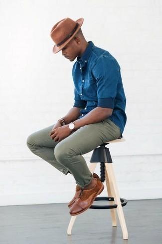 Come indossare e abbinare un bracciale argento: Opta per una camicia a maniche lunghe in chambray blu e un bracciale argento per un look perfetto per il weekend. Calza un paio di scarpe oxford in pelle marroni per dare un tocco classico al completo.