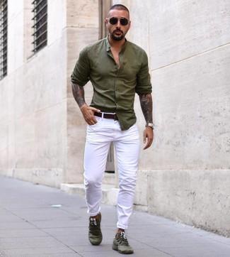 Come indossare e abbinare: camicia a maniche lunghe verde oliva, chino bianchi, scarpe sportive verde oliva, cintura in pelle marrone scuro