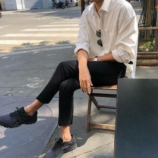 Come indossare e abbinare un orologio in pelle nero: Abbina una camicia a maniche lunghe bianca con un orologio in pelle nero per un look comfy-casual. Scarpe sportive grigio scuro sono una validissima scelta per completare il look.