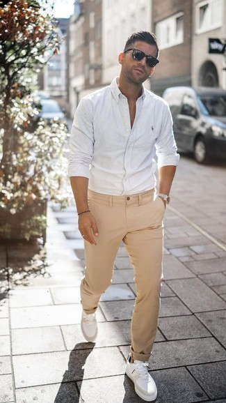 Trend da uomo: Per un outfit quotidiano pieno di carattere e personalità, indossa una camicia a maniche lunghe a righe verticali bianca con chino marrone chiaro. Un paio di sneakers basse in pelle bianche si abbina alla perfezione a una grande varietà di outfit.