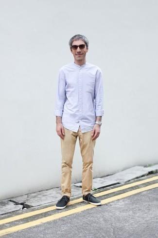 Come indossare e abbinare chino marrone chiaro: Questa combinazione di una camicia a maniche lunghe azzurra e chino marrone chiaro è perfetta per il tempo libero. Prova con un paio di sneakers basse di tela nere per un tocco più rilassato.