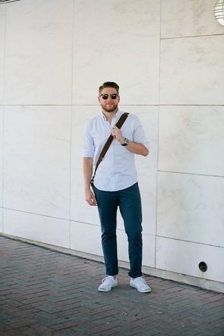 Come indossare e abbinare una camicia a maniche lunghe azzurra: Questa combinazione di una camicia a maniche lunghe azzurra e chino blu scuro è perfetta per il tempo libero. Opta per un paio di sneakers basse di tela bianche per un tocco più rilassato.