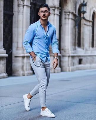 Come indossare e abbinare una camicia a maniche lunghe azzurra: Per creare un adatto a un pranzo con gli amici nel weekend abbina una camicia a maniche lunghe azzurra con chino grigi. Per distinguerti dagli altri, scegli un paio di sneakers basse di tela bianche come calzature.