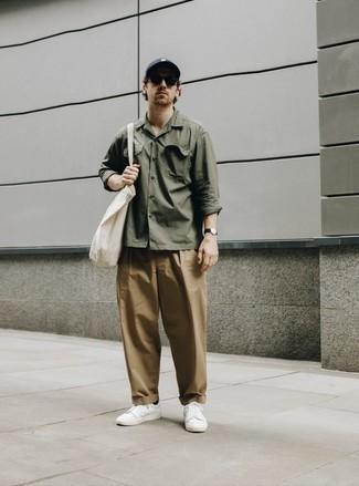 Come indossare e abbinare un berretto da baseball grigio scuro: Prova a combinare una camicia a maniche lunghe verde oliva con un berretto da baseball grigio scuro per un look perfetto per il weekend. Opta per un paio di sneakers basse di tela bianche per un tocco virile.