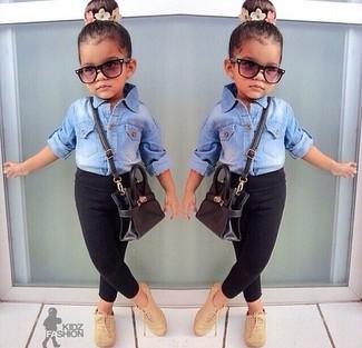 Come indossare: camicia a maniche lunghe di jeans azzurra, leggings neri, scarpe oxford marrone chiaro