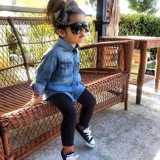 Come indossare e abbinare: camicia a maniche lunghe di jeans blu, leggings neri, sneakers nere