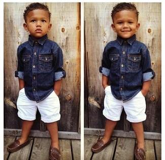 Come indossare: camicia a maniche lunghe di jeans blu scuro, pantaloncini bianchi, mocassini eleganti marroni