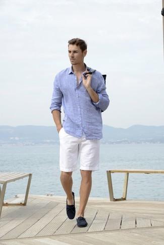 Come indossare e abbinare: camicia a maniche lunghe di lino azzurra, pantaloncini bianchi, mocassini driving in pelle scamosciata blu scuro
