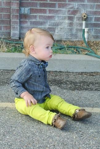 Come indossare e abbinare: camicia a maniche lunghe grigia, jeans lime, chukka marroni, papillon blu