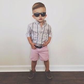 Come indossare: camicia a maniche lunghe grigia, pantaloncini rosa, scarpe da barca marrone scuro