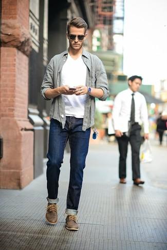 La versatilità di una camicia a maniche lunghe grigia e jeans blu scuro li rende capi in cui vale la pena investire. Un paio di chukka in pelle marrone scuro si abbina alla perfezione a una grande varietà di outfit.