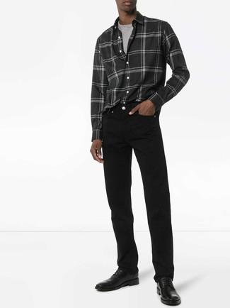 Come indossare e abbinare: camicia a maniche lunghe di flanella scozzese grigio scuro, t-shirt girocollo grigia, jeans neri, scarpe derby in pelle nere