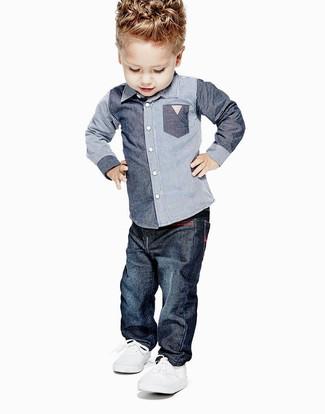 Come indossare e abbinare: camicia a maniche lunghe in chambray blu, jeans blu scuro, sneakers bianche