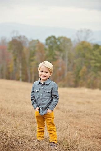 Come indossare e abbinare: camicia a maniche lunghe in chambray blu, pantaloni arancioni, chukka marrone scuro