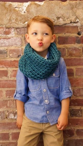 Come indossare: camicia a maniche lunghe in chambray blu, pantaloni marrone chiaro, sciarpa foglia di tè