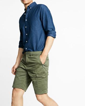 Come indossare e abbinare: camicia a maniche lunghe in chambray blu scuro, pantaloncini verde oliva
