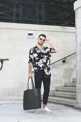 e531148384 Come indossare una camicia a maniche lunghe a fiori nera e bianca ...
