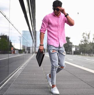 Come indossare e abbinare: camicia a maniche lunghe di lino fucsia, jeans aderenti strappati azzurri, sneakers basse bianche, pochette in pelle nera