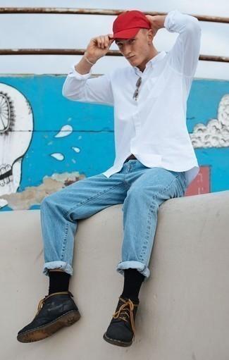 Come indossare e abbinare una cintura in pelle marrone scuro: Potresti combinare una camicia a maniche lunghe bianca con una cintura in pelle marrone scuro per un outfit rilassato ma alla moda. Lascia uscire il Riccardo Scamarcio che è in te e mettiti un paio di chukka in pelle nere per dare un tocco di classe al tuo look.