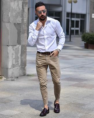 Come indossare e abbinare: camicia a maniche lunghe bianca, jeans marrone chiaro, mocassini eleganti in pelle melanzana scuro, cintura in pelle marrone scuro