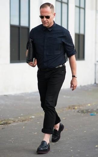 Come indossare e abbinare una pochette in pelle nera: Per un outfit della massima comodità, potresti combinare una camicia a maniche lunghe blu scuro con una pochette in pelle nera. Scegli un paio di mocassini eleganti in pelle neri per dare un tocco classico al completo.
