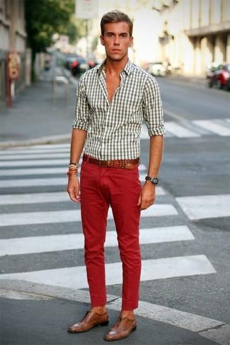 4e992236e3e4 Come indossare: camicia a maniche lunghe a quadretti bianca, jeans rossi,  scarpe brogue