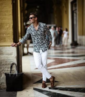Come indossare e abbinare: camicia a maniche lunghe a fiori nera e bianca, jeans bianchi, scarpe da barca in pelle marroni, borsa shopping di tela nera