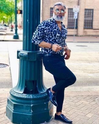 Come indossare e abbinare una camicia a maniche lunghe stampata azzurra: Potresti combinare una camicia a maniche lunghe stampata azzurra con jeans blu scuro per un look trendy e alla mano. Scegli uno stile classico per le calzature e mettiti un paio di scarpe derby in pelle blu scuro.