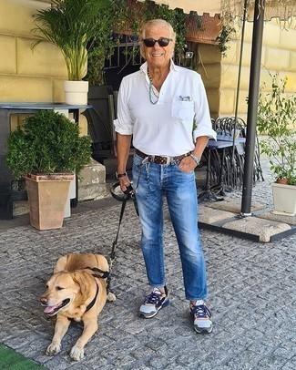 Moda uomo anni 60: Per un outfit quotidiano pieno di carattere e personalità, vestiti con una camicia a maniche lunghe bianca e jeans blu. Non vuoi calcare troppo la mano con le scarpe? Prova con un paio di scarpe sportive multicolori per la giornata.